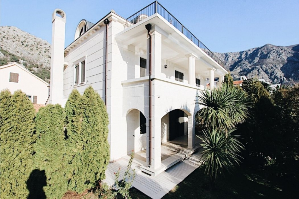 Three storey villa with a beach and a pier on the Adriatic coast