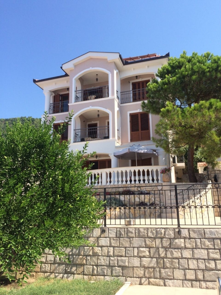 Magnificent villa in Dobra Voda first line