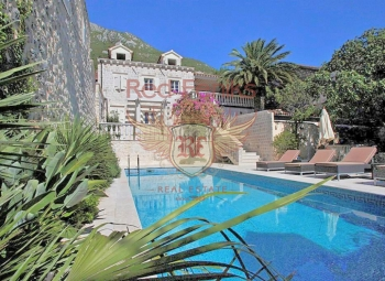 Fantastic three level villa with 273 sq m of living space and a spacious 47 sq m terrace.