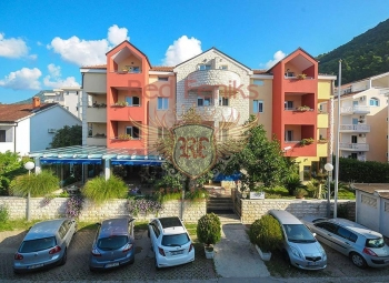 Otelin konumu, Podgorica, Cetinje, Becici, Kotor ve Tivat'a hızlı ve kolay iletişim imkanı sağlar, çünkü Budva'da ana yolun neredeyse ilk satırında bulunur, ancak trafik gürültüsünden korunur.