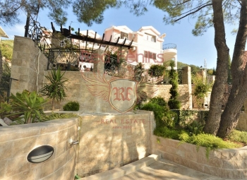 Apartment for sale in a luxury villa with a large territory and infrastructure.