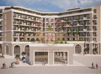 Ön cephede Budva'daki güzel otelin satılık kısmı.