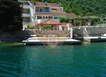 Zu verkaufen, attraktive Villa an der Küste, mit eigenem Pier zum Schwimmen oder Binden von kleinen Booten.