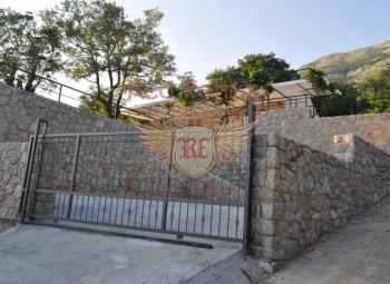 Prodaje se mala kuća u Sutomoru.