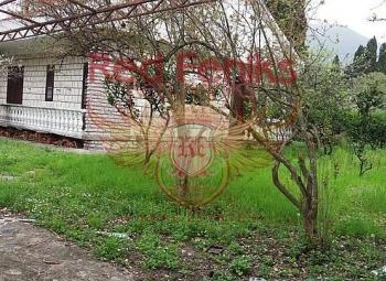 Das Haus mit einem Grundstück in Tivat steht zum Verkauf.