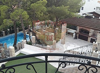 For sale apartment-studio in an elite villa with a large territory and infrastructure.