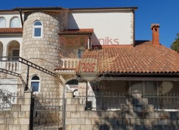 Geräumige 3-stöckige Villa zum Verkauf im Feriendorf Krashichi, Montenegro, 9 km vom Flughafen Tivat entfernt.