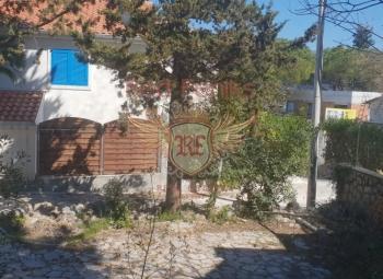 Zum Verkauf steht ein gemütliches Haus von 70 Quadratmetern im malerischen Dorf Krasici auf der Halbinsel Lustica, 40 Meter vom Strand entfernt.