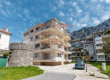 Dobrota, Kotor satılık iki düzey daire Dairelerin alanı 130m2 dir Binada bir elevetor vardır.