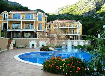 Na prodaju apartmani u stambenom kompleksu koji se sastoji od šest tro- i četvorospratnih kuća i nalazi se u malom zalivu Orahovac, okruženom stjenovitim planinama.