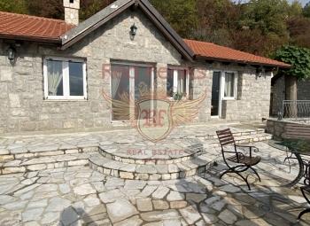 Na prodaju prekrasna kamena kuća u Lapčićima Kuća je rađena u stilu šale.