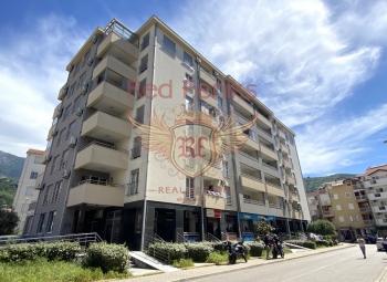 Budva'da satılık dağ manzaralı tek yatak odalı daire.