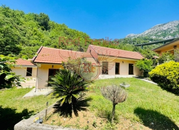 For sale a complex of three houses in Chan, located 800m from the sea.