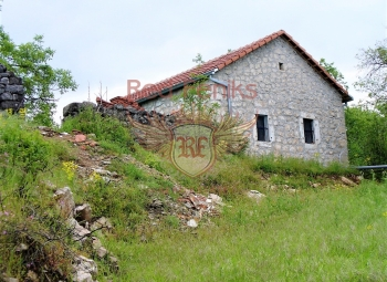 Offered for sale a plot of land with an old stone house 10 km from Podgorica.