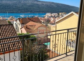 Yeni ve güneşli dubleks daire Djenovici, Herceg Novi riviera'da satılıktır.