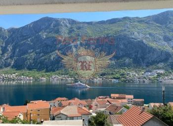 Karadağ'ın Kotor Eski Kenti'nden sadece birkaç dakika uzaklıkta bulunan Prcanj'da, deniz ve Kotor Körfezi'ne bakan muhteşem manzaralı, yüzme havuzlu yeni inşa edilmiş çağdaş villa satılıktır.