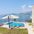 Villa Sveti Stefan Adası'nın yukarısında, özel güvenlikli site içerisinde, zeytin bahçeleriyle çevirili bir konumda yer almaktadır.