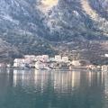 Kotor'un Eski Kenti'nin körfezinin karşısındaki Muo'da, Kotor'un ve Boko-Kotor körfezinin panoramik manzarasına sahip arsa.