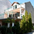 Pitoresk Baosici köyünün ikinci satırında beş daire ile satılık ev.