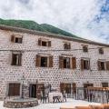 Dünyaca ünlü Kotor Körfezi beldesi Stoliv'de (Stoliv), Kotor kentine yaklaşık 15 km, Tivat havaalanına 7 km uzaklıkta yer almaktadır.