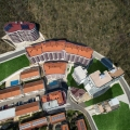 Becici'de bulunan yeni bir konut sitesi; denize sadece 400 metre uzaklıktadır.