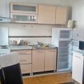 Beş katlı binanın ikinci katında 51 m2'lik bir alana sahip olan Budva'da rahat daire.