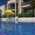 Bir yüzme havuzlu, kapılı bir komplekste iki odalı daire.