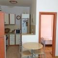 Budva'da 57m2 alana sahip satılık şirin bir daire birinci katta yer almaktadır.