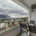 Beşinci katta 121 m2'lik bir alana sahip olan Budva'nın geniş bir dairesi bulunmaktadır.
