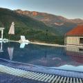 Daire, iki yüzme havuzu, bahçeler, barbekü ile dinlenme alanı, kompleksin içinde bulunmaktadır.