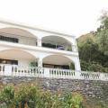 Satılık Budva'da toplam 204m2 müstakil ev 300m2 arsa üzerinde yer almaktadır.