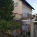 Tripleks daire Tivat körfezi manzarasına sahip olup 600 m2 arsa üzerine kuruludur.