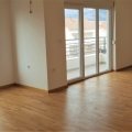 Tivat, Karadağ'ın merkezine 5 dakika satılık geniş üç yatak odalı daire.
