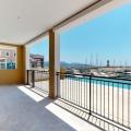 Lustica Körfezi'ndeki komplekste satılık iki yatak odalı daire Daire alanı zemin katta 101m2'dir.