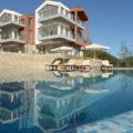 """Bir daire, ünlü Kotor mimari bürosu tarafından tasarlanan büyüleyici ve modern bir komplekste satılıktır ve Karadağ'daki bir konut kompleksi için en iyi proje olarak Londra'daki """"International Property Awards 2013"""" te beş yıldızlı bir ödül aldı."""