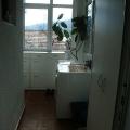 Güzel, güneşli , üç katlı bir binanın ikinci katında, daire.