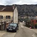 Küçük fakat çok rahat taş ev, Dobrota antik köyünün ilk satırının ikinci satırında bulunur.