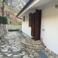 Risan'da satılık yeni ve mobilyalı bir ev.