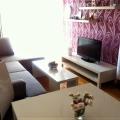 Becici, Karadağ'ın ünlü plajına 350 metre mesafede bulunan bir evde ayrı yatak odalı satılık daire.