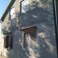 Kavach köyünde geniş bir arsa ile geniş iki katlı ev.
