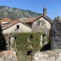 Kotor Old Town'da imar için satılık eski taş ev.