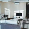 Sahile karşı daire 95 m2 bir alana sahiptir, muhteşem deniz manzaralı! Dairede 2 yatak odası, mutfak alanı bulunan bir oturma odası bulunmaktadır.
