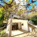 Budva'da satılık güzel ev Ev dört katlıdır.