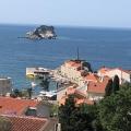 Petrovac'ta üç odalı daire denize 120 metre mesafede yeni bir binadadır.