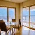 3 yatak odası ve deniz, dağ ve Budva ve Becici, 119 m2 toplam alan kenti panoramik manzaralı denize yakın bir oturma odası ile satılık daire.