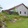 Podgorica'ya 10 km uzaklıkta eski bir taş ev bulunan bir arsa satılıktır.