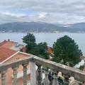 Daire, Krasici'de, binanın en üst katında, denizden 60 metre uzaklıkta yer almaktadır.