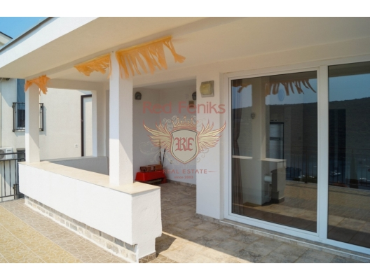 Bigovo balıkçı köyünde dört katlı bir evin en üst katında satılık daire (80 m² + teras 30 m2).