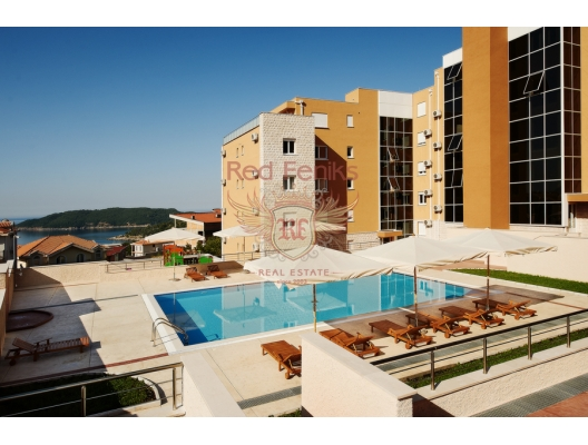 Stylish spacious penthouse in a gated residential complex overlooking the sea with its access to the roof.