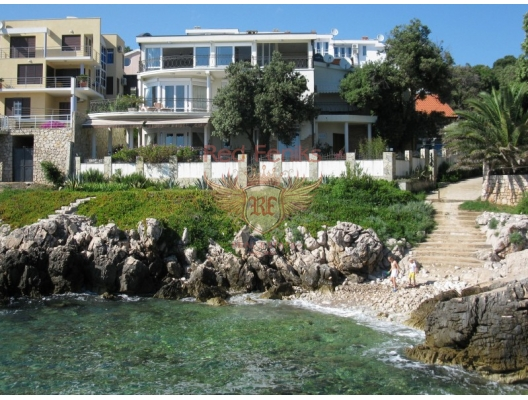 For sale good villa, located on the shore of the Adriatic Sea in the resort village Uteha.